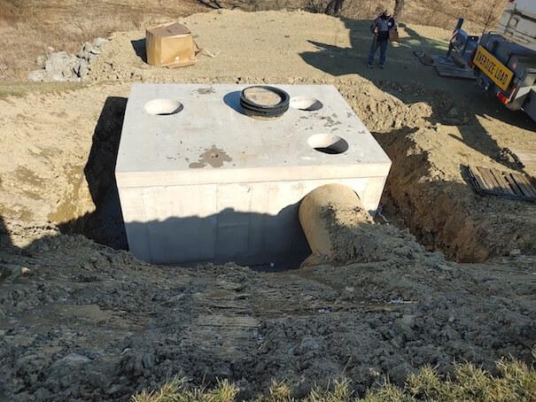 Underground stormwater filtration vault